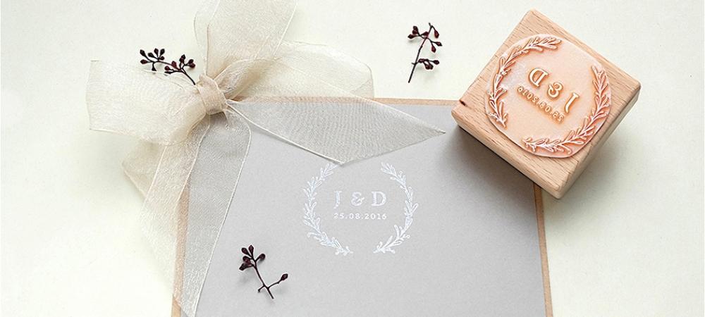 Hochzeits-Stempel mit Initialen von STUDIO KARAMELO