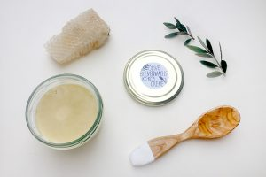 Selbstgemachte Naturkosmetik Olivenöl-Bienenwachs-Kokos-Creme für Hände & Lippen | STUDIOKARAMELO