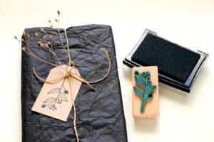 Geschenkanhänger stempeln, Geschenkpapier wiederverwenden Recycling