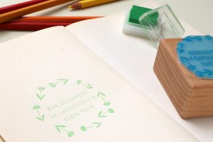 Adressstempel mit Wiesenblumen | STUDIO KARAMELO | custom address stamp