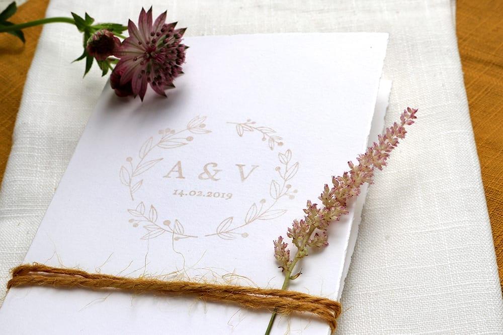 floraler hochzeitsstempel mit initialen einem kranz aus zweigen. Black Bedroom Furniture Sets. Home Design Ideas