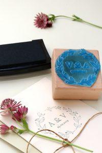 Personalisierter Hochzeitsstempel mit Initialen und Kranz aus Zweigen, floral   STUDIO KARAMELO