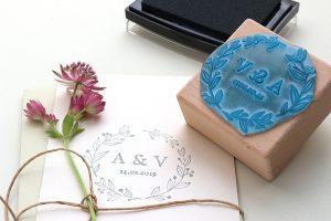 Personalisierter Hochzeitsstempel mit Initialen und Kranz aus Zweigen, floral | STUDIO KARAMELO