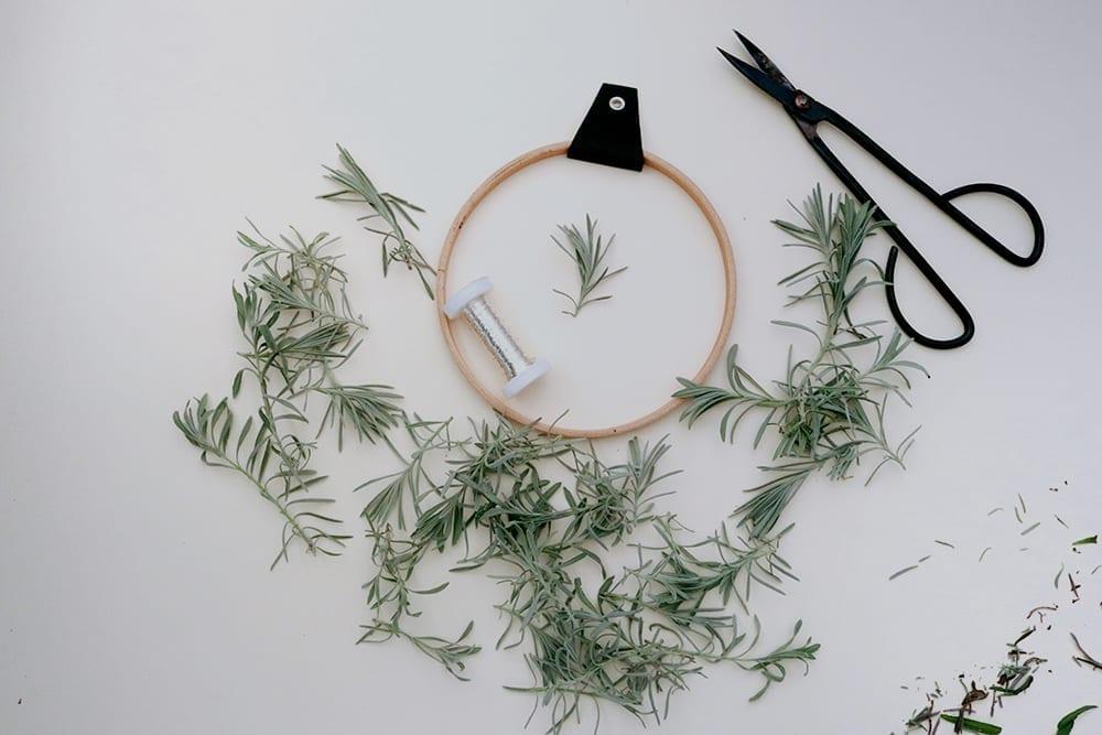Lavendelkranz, Kranz binden aus Lavendelzweigen mit Holzring