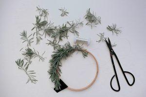 DIY, Lavendelkranz, Kranz binden aus Lavendelzweigen mit Holzring   STUDIO KARAMELO