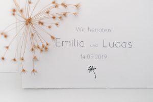 Schlichte, florale Hochzeitseinladung mit Dillblüten und Blättchen   STUDIO KARAMELO
