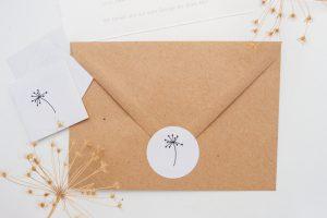 Schlichte, florale Hochzeitseinladung mit Dillblüten und Blättchen, Kuvert aus Kraftpapier | STUDIO KARAMELO