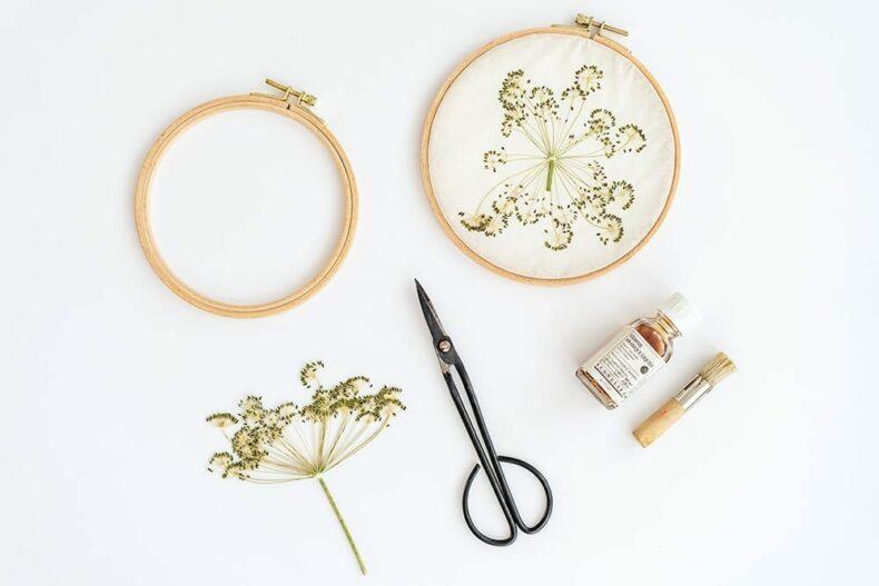Gepresste Blumen im Stickrahmen, Veilchen Farn und Ringelblumen, Verlag freies Geistesleben