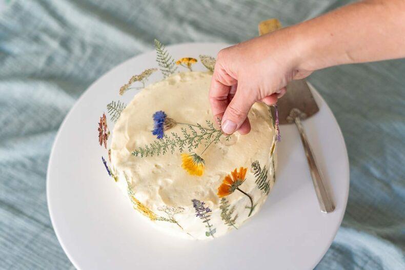 Gepresste Blumen auf Torte, Veilchen Farn und Ringelblumen, Verlag freies Geistesleben