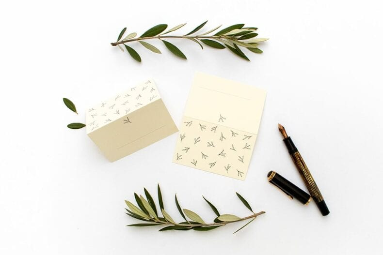 Floral gemusterte Tischkärtchen OLIVE – Hochzeitspapeterie Recyclingpapier