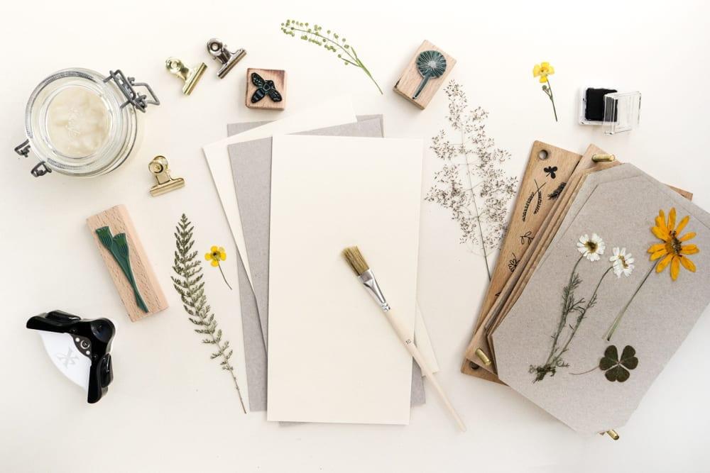Klemmbrett DIY mit gepressten Blumen | STUDIO KARAMELO