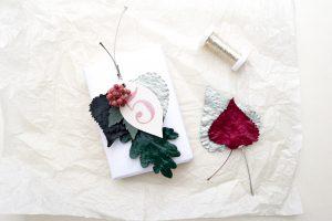 DIY Geschenkanhänger aus lackierten Blättern & Stempeln – Gestalten mit gepressten Pflanzen   STUDIO KARAMELO