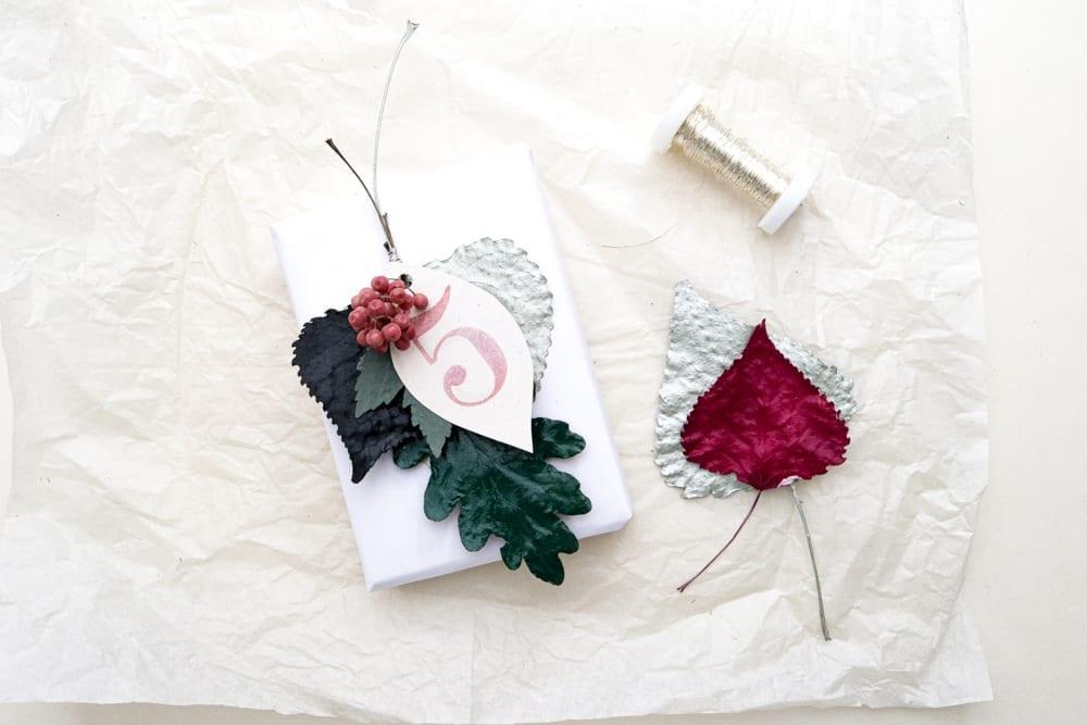 DIY Geschenkanhänger aus lackierten Blättern & Stempeln – Gestalten mit gepressten Pflanzen | STUDIO KARAMELO