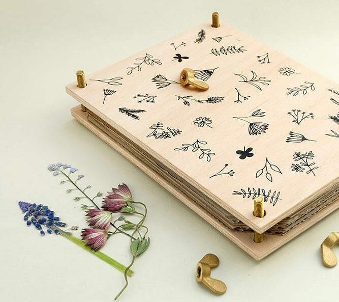Blumenpresse, Pflanzenpresse, Waldorf, Herbarium | STUDIO KARAMELO