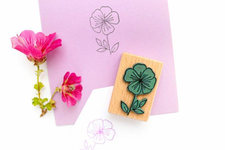 Holzstempel Malve, Umweltfreundlicher Stempel mit Blüte | STUDIO KARAMELO