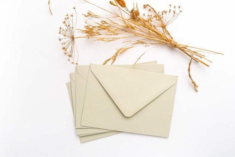 Briefumschläge aus Recyclingpapier in Pastellgrün – Passend zu floraler Hochzeitspapeterie