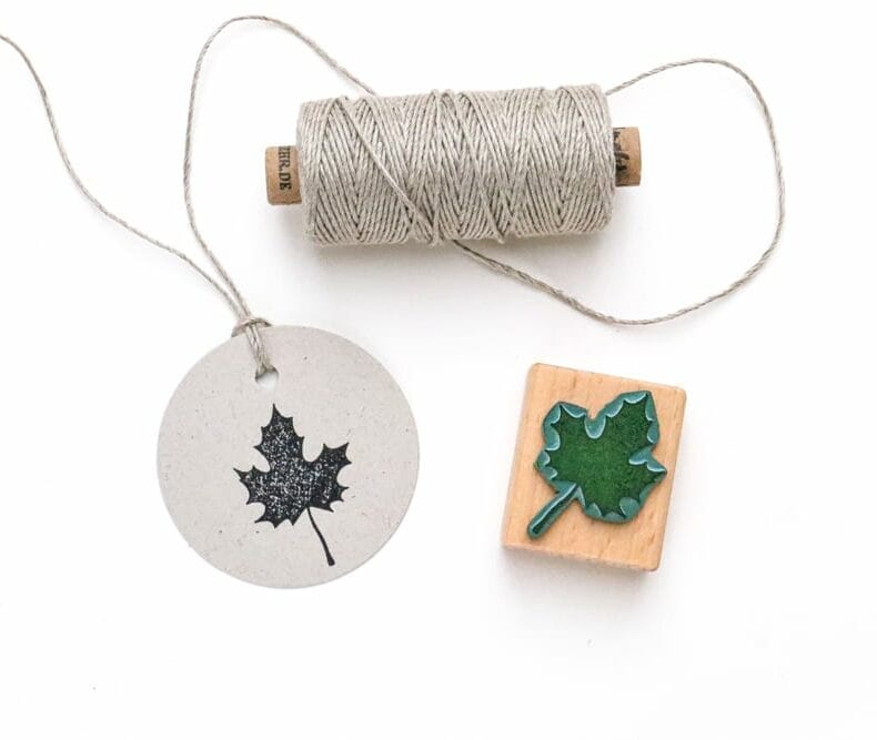 Stempel Ahornblatt gestempelt auf runden Geschenkanhänger