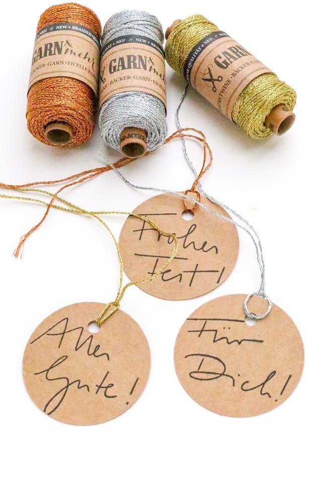 Stempel Handlettering Für Dich, Frohes Fest, Alles Gute auf Geschenkanhänger gestempelt