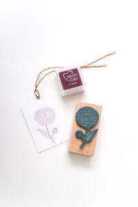 Stempel Dahlie auf Geschenkanhänger gestempelt mit Mini Stempelkissen PEONY von VersaColor