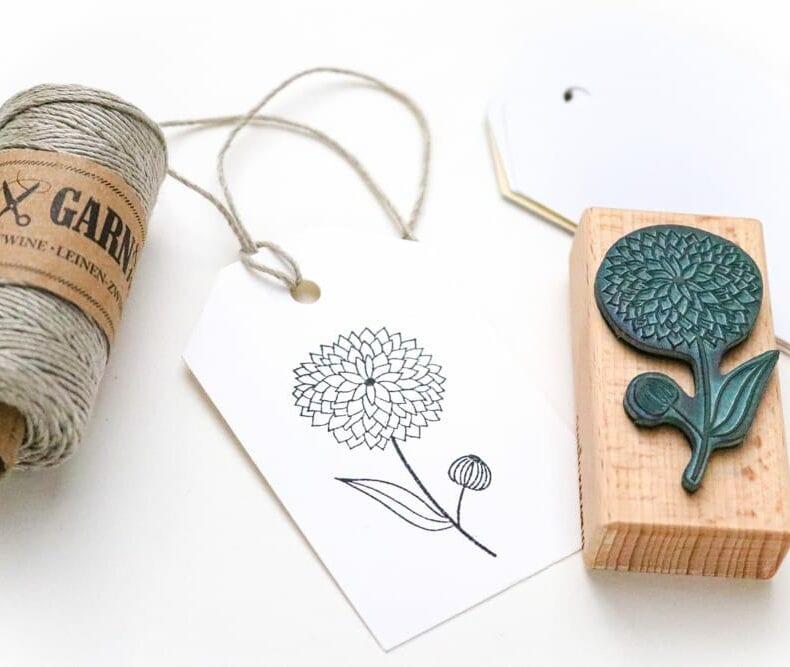 Stempel Dahlie auf Geschenkanhänger gestempelt