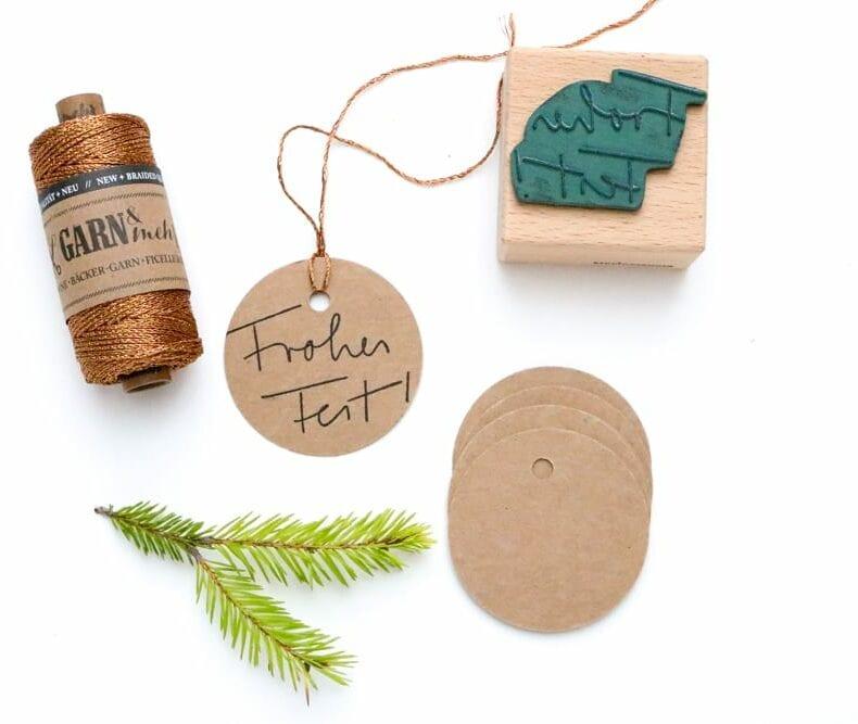 Stempel Handlettering Frohes Fest auf Geschenktüte gestempelt