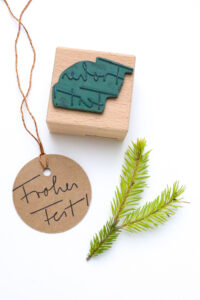 Stempel Handlettering Frohes Fest auf Geschenkanhänger gestempelt