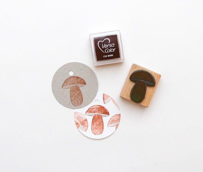 Stempel kleiner Pilz, gestempelt auf runde Geschenkanhänger