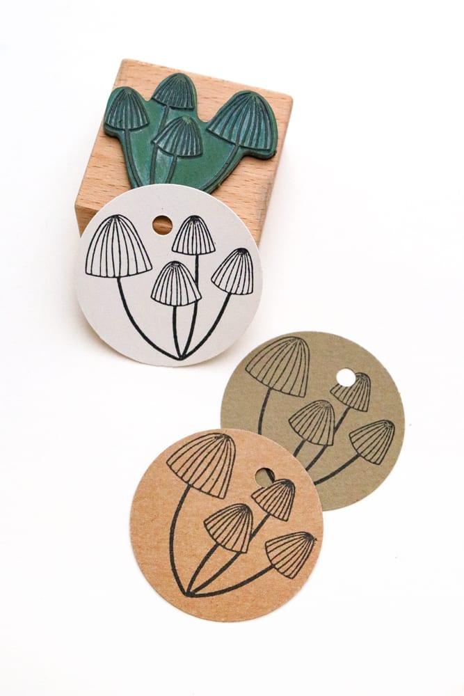 Pilze auf runde Geschenkanhänger aus Kraftpapier gestempelt