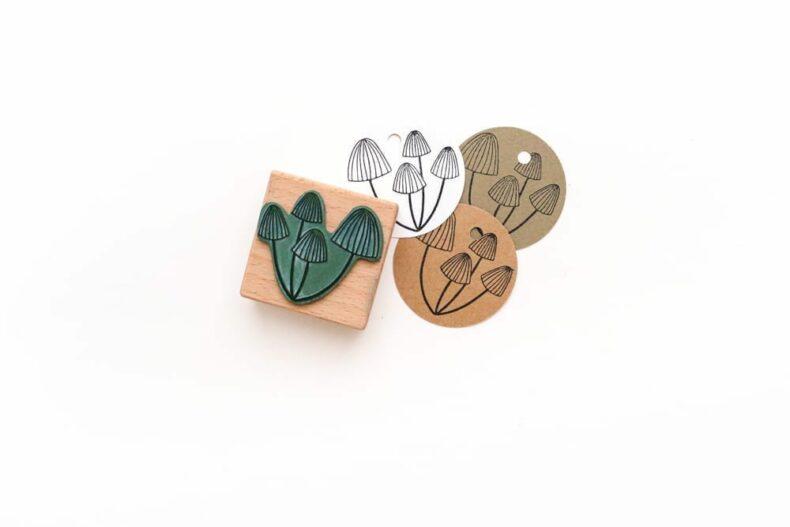 Pilze auf runde Geschenkanhänger gestempelt