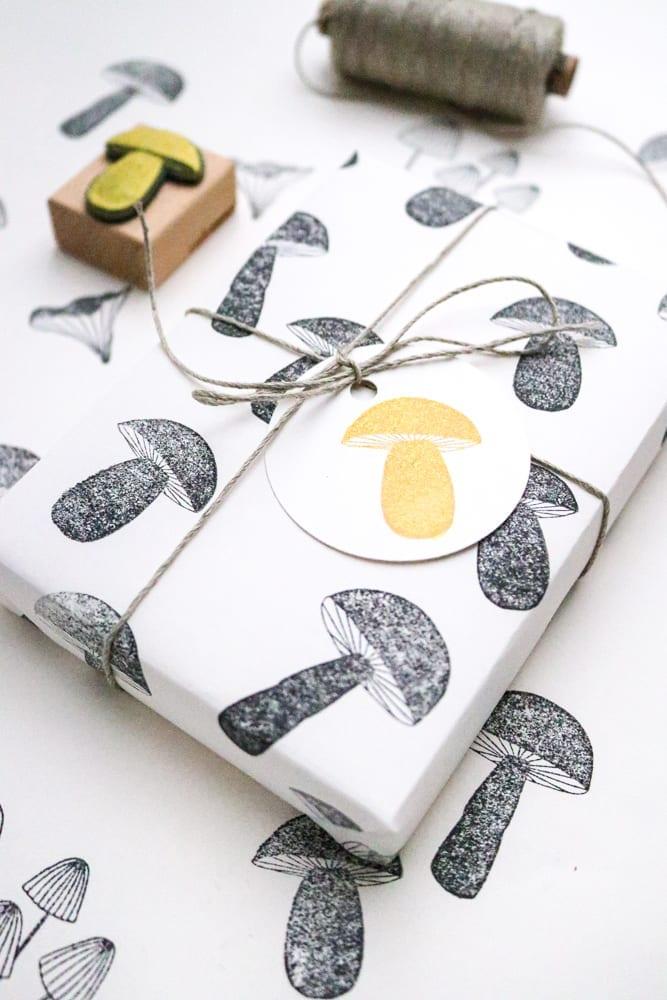 Geschenkpapier selber machen: Einfaches Papier bestempeln mit Pilzstempel