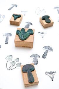 Pilze im Muster gestempelt für DIY Geschenkpapier