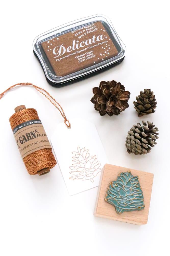 Weihnachtliche Geschenkanhänger stempeln mit Stempel Zapfen und Stempelkissen Kupfer