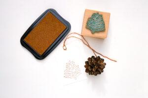 Weihnachtliche Geschenkanhänger stempeln mit Stempel Zapfen