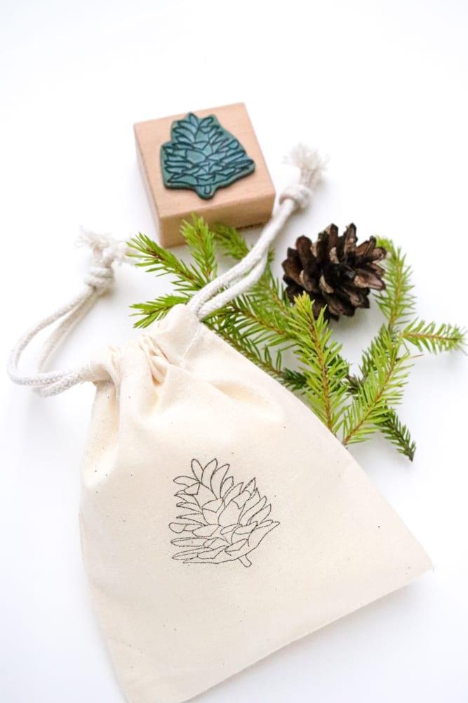 Stempel Zapfen gestempelt auf kleinen Baumwollbeutel für Geschenke