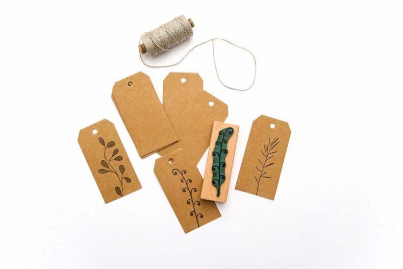 Lange Geschenkanhänger aus Recycling Kraftpapier, bestempelt mit Farn-Stempel und Rosmarinstempel von STUDIO KARAMELO
