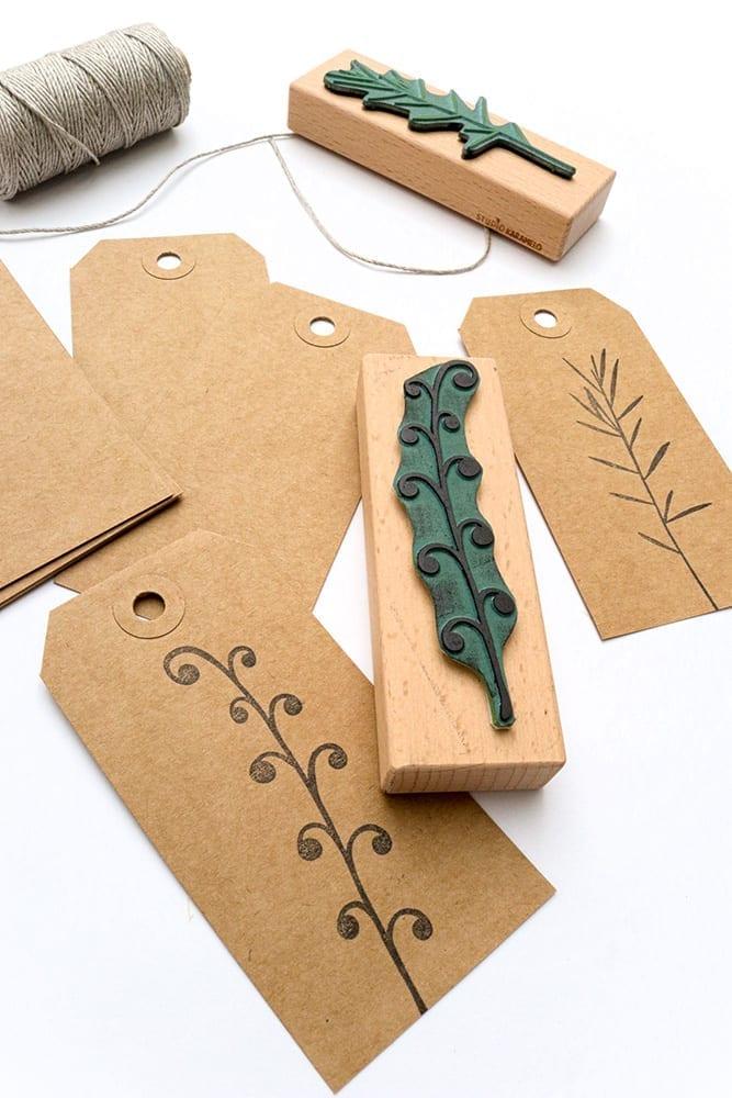 Lange Geschenkanhänger aus Recycling Kraftpapier, bestempelt mit Farn-Stempel von STUDIO KARAMELO