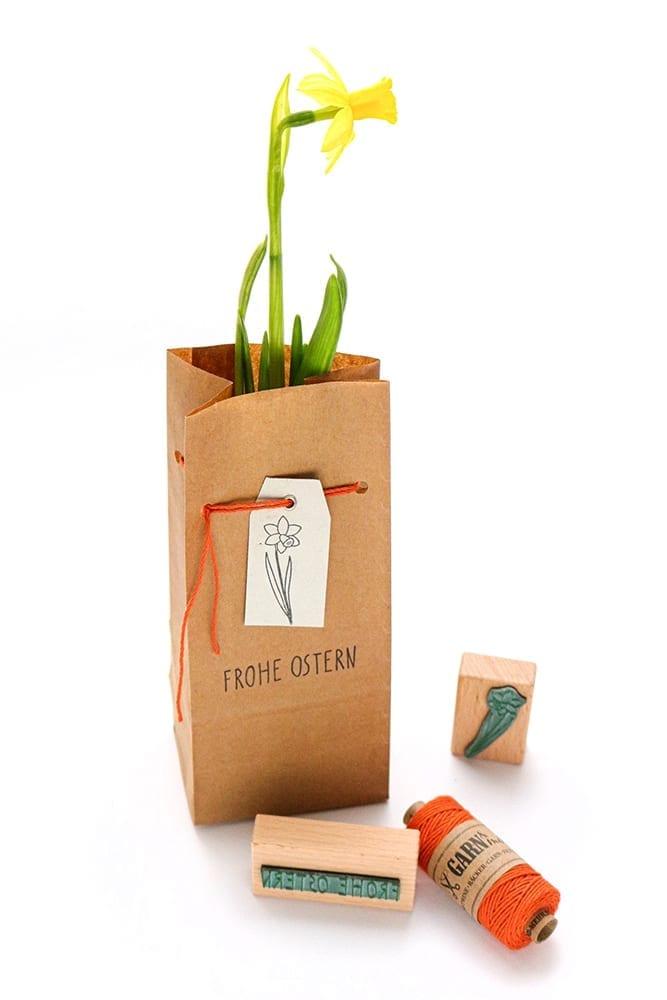 Blumen verschenken - Osterglocke in Geschenktüte, schöner verpacken STUDIO KARAMELO