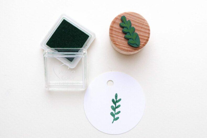 Stempelkissen Evergreen VersaColor, Mini Stempelkissen, gestempelt mit Blätterzweig von STUDIO KARAMELO