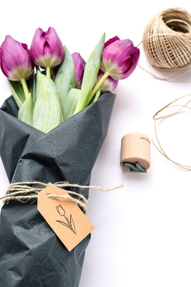 Blumen verschenken mit Geschenkanhänger, bestempelt mit Ministempel Tulpe