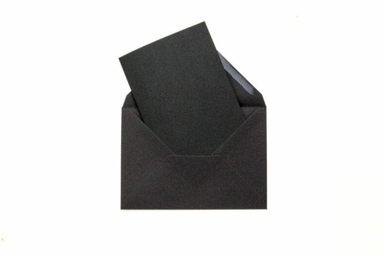 Briefumschläge in schwarz, Kuverts und Klappkarten aus Kraftpapier STUDIO KARAMELO