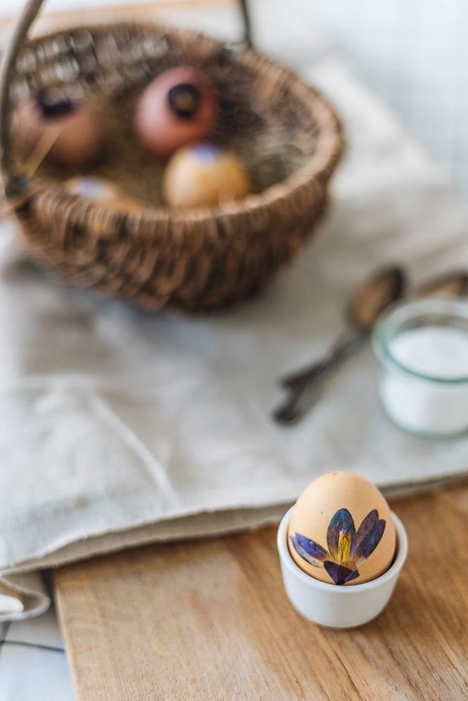 Ostereier mal anders: Ostereier mit gepressten Blumen verzieren
