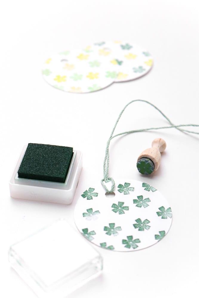 Ministempel Blüte Nelke auf runde Geschenkanhänger gestempelt