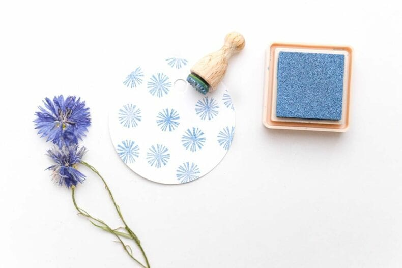 Ministempel Blüte Aster mit Versacraft auf Geschenkanhänger gestempelt